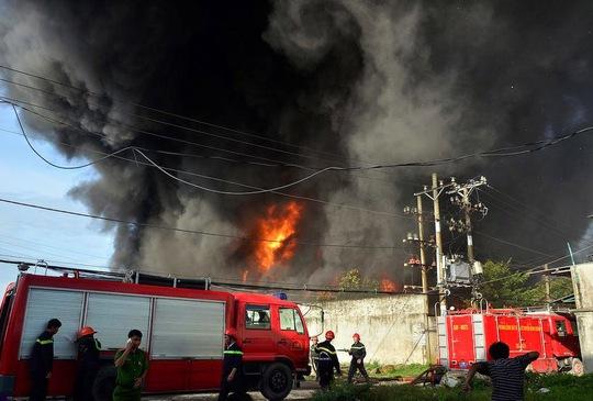 Xưởng nhựa cháy rực trời, dân nháo nhào di tản - Ảnh 1.