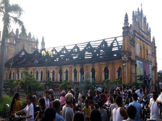 Cháy lớn thiêu rụi nhà thờ 129 năm tuổi - Ảnh 2.