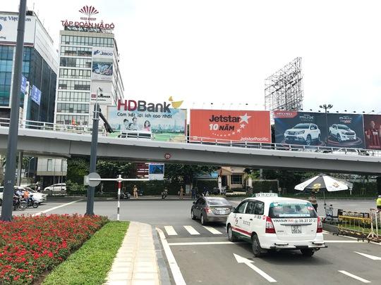 Thử nghiệm giải pháp giảm kẹt xe ở cổng sân bay Tân Sơn Nhất - Ảnh 1.