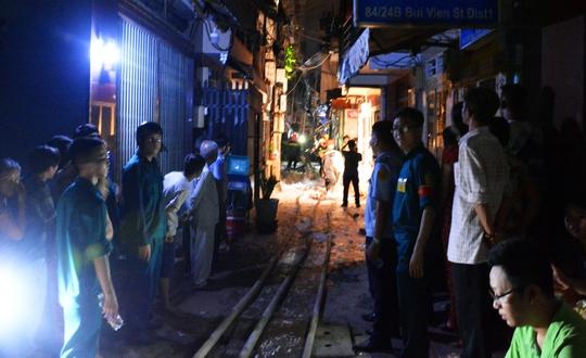 Kho chứa hàng ở khu phố Tây cháy ngùn ngụt trong đêm - Ảnh 2.