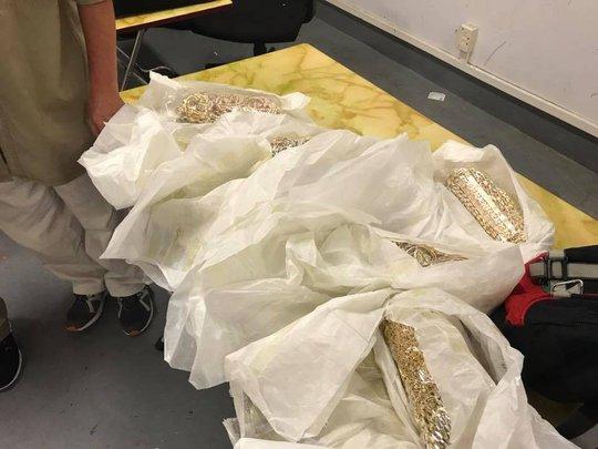 5 khách bay từ Thái Lan buộc hơn 28 kg vàng quanh bụng - Ảnh 1.