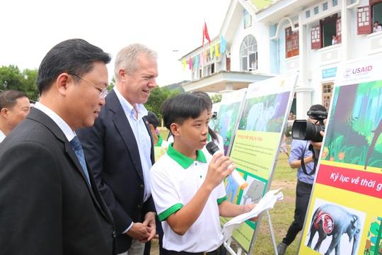 Đại sứ Hoa Kỳ Ted Osius khen HS Quảng Nam hiểu biết loài voi - Ảnh 4.