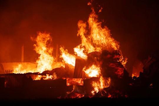 Nửa đêm, kho bông vải bất ngờ bốc cháy ngùn ngụt - Ảnh 1.