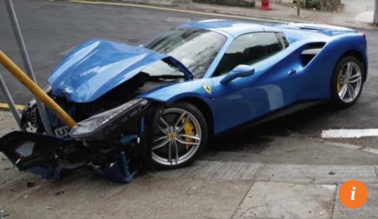 Né chó, xế sang Ferrari vỡ đầu vì tông biển báo - Ảnh 2.