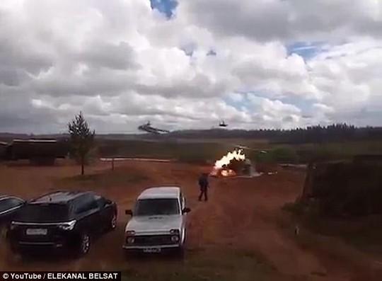 Trực thăng Nga bắn rốc-két nhầm người đứng xem tập trận - Ảnh 2.