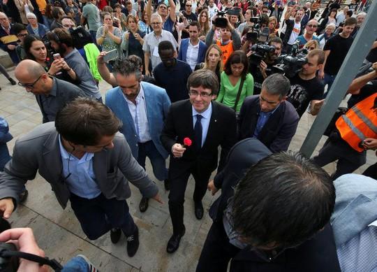 Hơn 840 người bị thương, Catalonia có quyền độc lập - Ảnh 2.