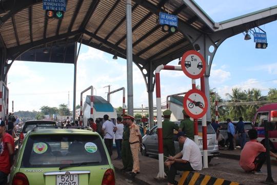 Trạm BOT Biên Hòa thông thoáng sau nhiều giờ tê liệt - Ảnh 7.