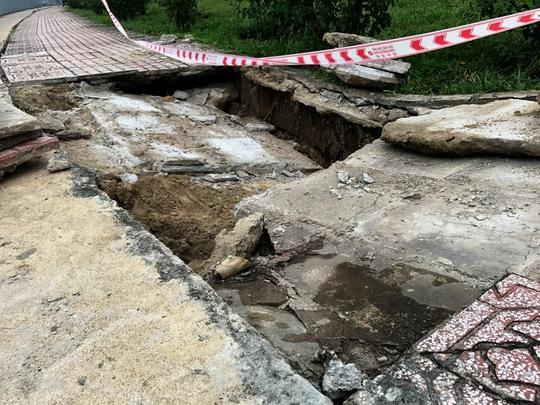 Lại sụp lún nghiêm trọng ven kênh Nhiêu Lộc - Ảnh 2.
