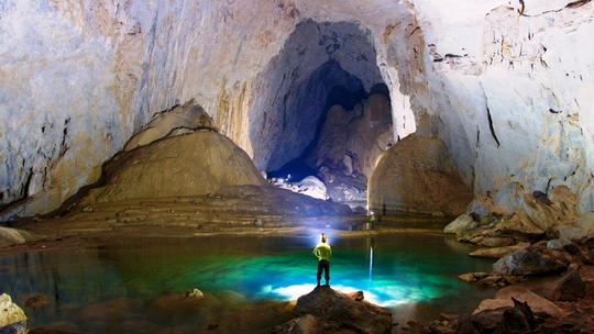 Khoan thạch nhũ hàng triệu năm để lắp thang sắt trong hang Sơn Đoòng - Ảnh 2.