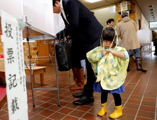 Thắng cử vang dội, ông Abe cứng rắn với Triều Tiên - Ảnh 2.
