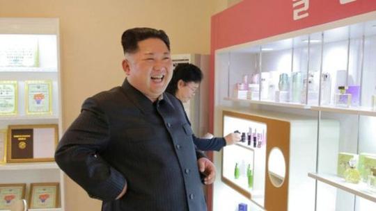 Ông Kim Jong-un tươi cười thăm nhà máy mỹ phẩm cùng vợ - Ảnh 3.