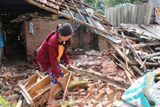 Doanh nghiệp vùng bão hỗ trợ dựng lại nhà sập do bão cho dân - Ảnh 4.
