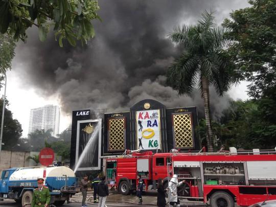 Cháy lớn quán karaoke, chạy thoát thân trong khói đen mù mịt - Ảnh 1.