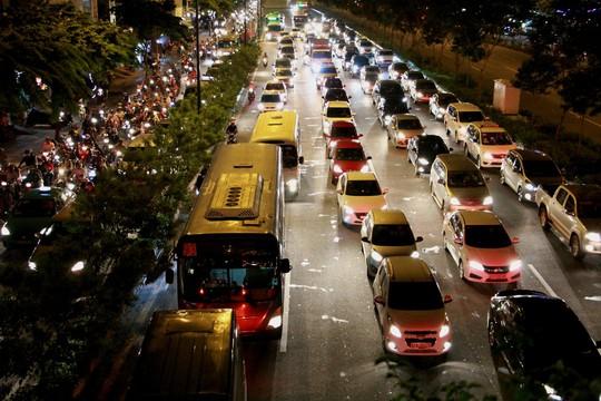 Kẹt xe dữ dội trên đường Phạm Văn Đồng tối cuối tuần - Ảnh 5.