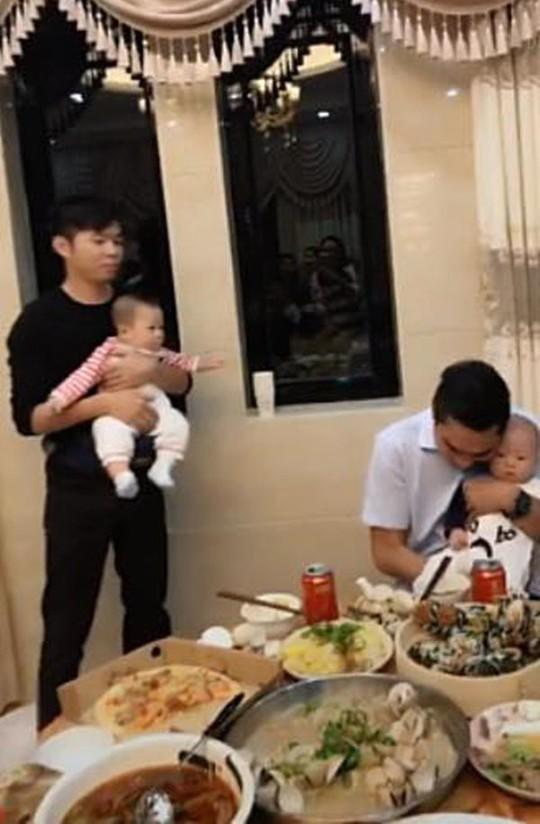 Chuyện lạ: Bố dỗ con nhỏ để mẹ thoải mái cụng ly - Ảnh 3.