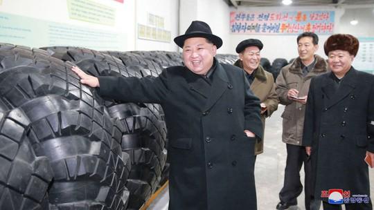 Nhà lãnh đạo Triều Tiên Kim Jong-un đến thăm một nhà máy sản xuất lốp xe quân sự. Ảnh: SKY NEWS