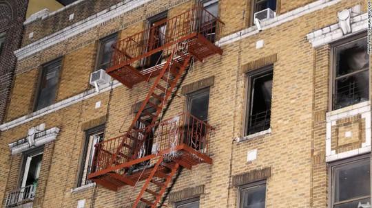 Cứu 5 người khỏi đám cháy, quay lại cố cứu thêm người thì thiệt mạng - Ảnh 3.