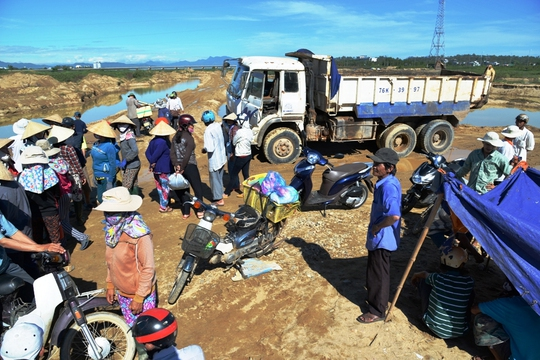 Trước đó, cuối năm 2016, hàng trăm người dân thôn An Phú, xã Tịnh An, TP Quảng Ngãi đã tập trung ngăn chặn doanh nghiệp khai thác cát dọc sông Trà Khúc. Ảnh: Tử Trực