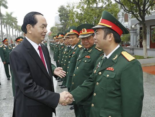 Chủ tịch nước Trần Đại Quang với các cán bộ, sĩ quan chỉ huy Bộ Tư lệnh Binh chủng Đặc công Ảnh: TTXVN
