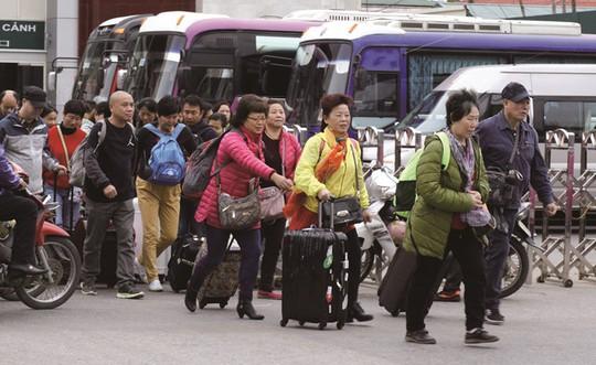 Khách du lịch Trung Quốc nhập cảnh Việt Nam qua cửa khẩu Móng Cái, Quảng NinhẢNH: L.Q.P