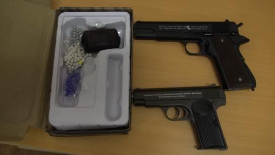 Phát hiện 2 khẩu súng tại nhà đối tượng mua bán ma túy đá - Ảnh 3.