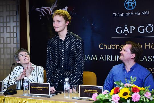 Người cầm đũa chỉ huy dàn nhạc giao hưởng trong đêm diễn duy nhất ở Hà Nội tối 4-3 là chỉ huy dàn nhạc trẻ tuổi tài năng người Đức Niklas Benjamin Hoffmann (đứng)