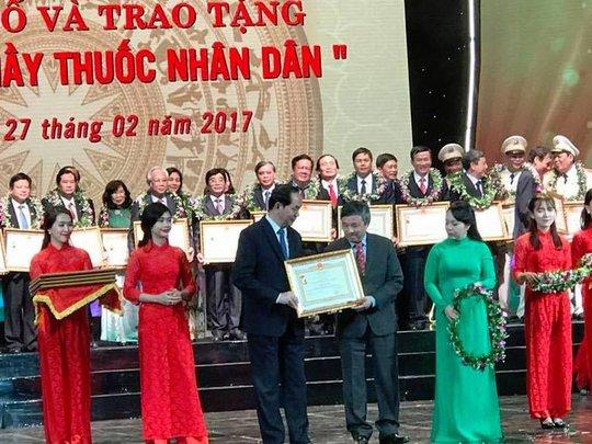Chủ tịch nước trao tặng các danh hiệu cho thầy thuốc Ảnh: NGỌC DUNG