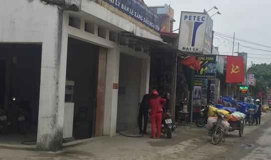 Cửa hàng xăng dầu trên đường Bà Triệu đã hết hạn và phải di dời sang vị trí khác nhưng vẫn hoạt động bình thường