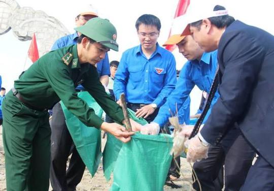 Các đoàn viên, thanh niên cùng tham gia làm sạch biển
