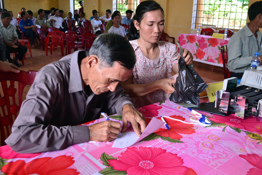 Người dân vùng biển Quảng Trị nhận tiền bồi thường sau sự cố môi trường do Formosa gây ra Ảnh: HOÀNG PHONG