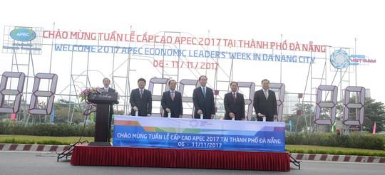 Chủ tịch nước Trần Đại Quang bấm nút khởi động đồng hồ đếm ngược chào mừng Tuần lễ Cấp cao APEC 2017 tại TP Đà Nẵng