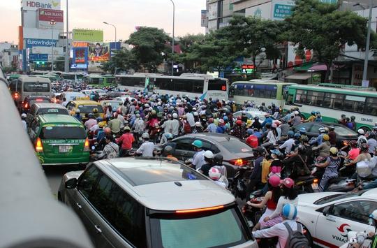 Trước đó, khoảng 17 giờ ngày 7-1, tại ngã tư Hàng Xanh (quận Bình Thạnh) cũng xảy ra kẹt xe kinh hoàng, giao thông hỗn loạn nhiều giờ. Tình trạng ùn ứ giao thông thường xuyên xảy ra tại nút giao thông này.