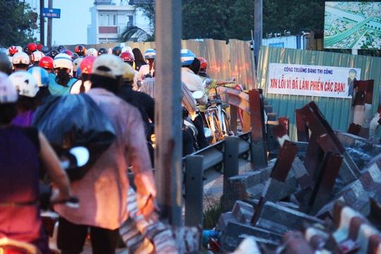 Một làn đường của cầu Nhị Thiên Đường đang được xây dựng, cải tạo khiến tình trạng giao thông tại khu vực này thường xuyên bị ùn ứ, kẹt cứng vào các thời gian cao điểm trong ngày.