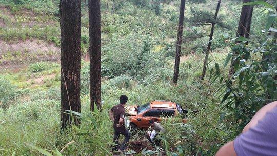Ô tô 4 chỗ rơi đèo Prenn Đà Lạt, nhiều người bị thương - Ảnh 2.