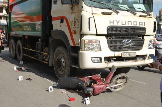 Xe rác tông  2 phụ nữ và 1 trẻ em trọng thương - Ảnh 1.