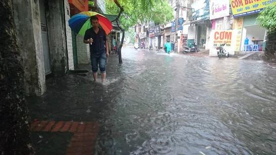 Mưa lớn, dân bì bõm trên nhiều tuyến phố  Hà Nội ngập sâu - Ảnh 5.