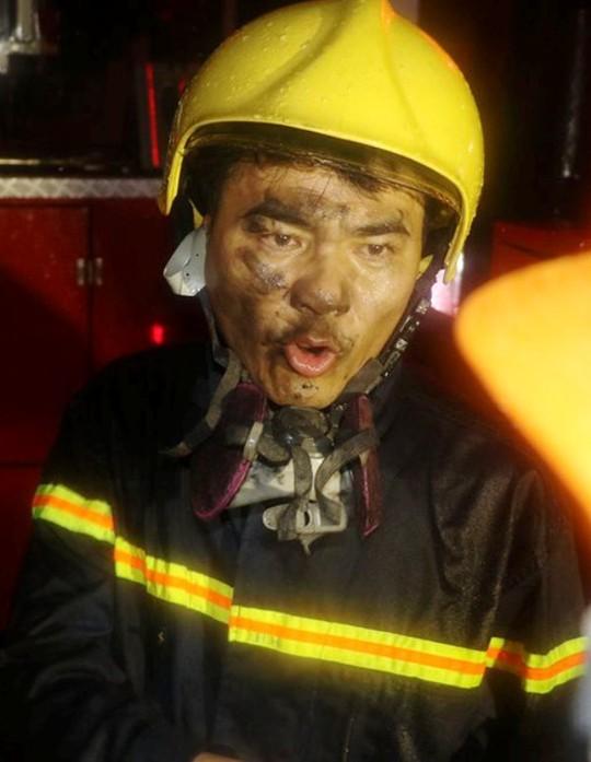 Cứu 7 nhân viên trực kẹt trong tòa nhà cháy đêm mưa bão - Ảnh 2.