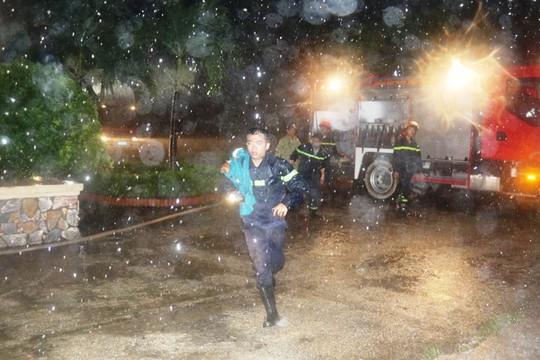 Cứu 7 nhân viên trực kẹt trong tòa nhà cháy đêm mưa bão - Ảnh 1.
