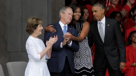 Khoảnh khắc thân mật của ông George W. Bush và bà Michelle Obama. Ảnh: REUTERS