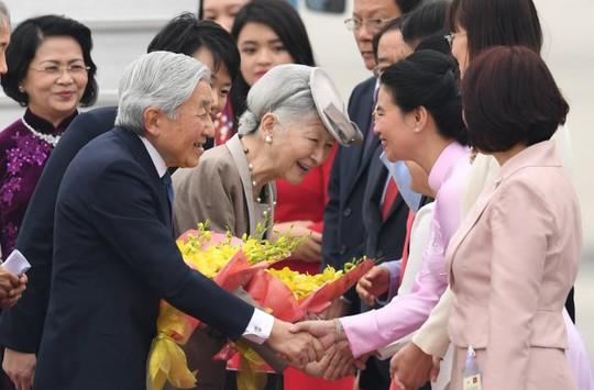 Chào đón Nhà vua và Hoàng hậu tại sân bay quốc tế Nội Bài chiều 28-2 - Ảnh: Reuters