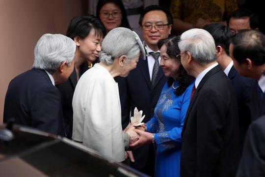 Phu nhân Tổng Bí thư nắm tay Hoàng hậu chào mừng