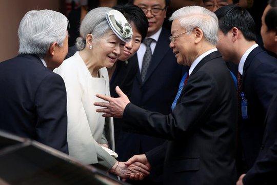 Nhật hoàng Akihito và Hoàng hậu Michiko chia tay Tổng Bí thư Nguyễn Phú Trọng sau buổi tiệc trà ở Hà Nội