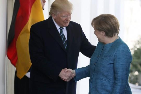 Ông Trump bắt tay khi bà Merkel mới đến Nhà Trắng hôm 17-3 nhưng sau đó không bắt tay khi chụp hình lưu niệm. Ảnh: Reuters