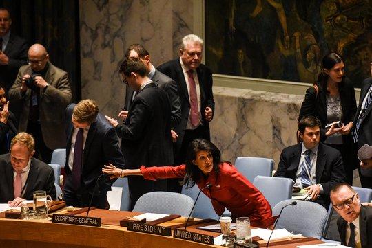 """Đại sứ Mỹ tại LHQ Nikki Haley ngày 7-4 cảnh báo trước Hội đồng Bảo an LHQ rằng Washington đã """"sẵn sàng hành động thêm"""". Ảnh: Reuters"""