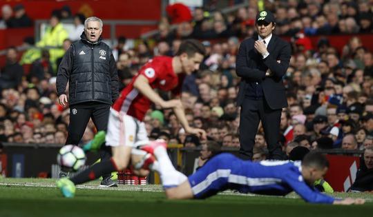 Herrera đeo Hazard như hình với bóng, sự cao tay của Mourinho ở lần tái đấu với Conte