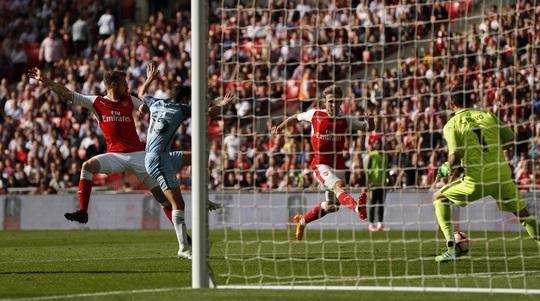 Monreal gỡ hòa 1-1 cho Arsenal