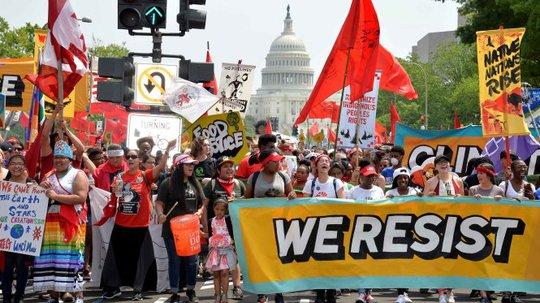 Hàng ngàn người biểu tình ở khắp thành phố Mỹ vì chống chính sách về biến đổi khí hậu của ông Trump. Ảnh: Reuters