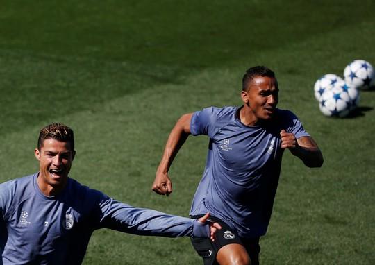 Ronaldo (trái) và Danilo thoải mái trong buổi tập chuẩn bị cho trận tiếp Atletico Madrid Ảnh: REUTERS