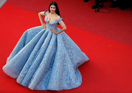 Mỹ nhân Aishwarya Rai lộng lẫy trên thảm đỏ Cannes - Ảnh 3.