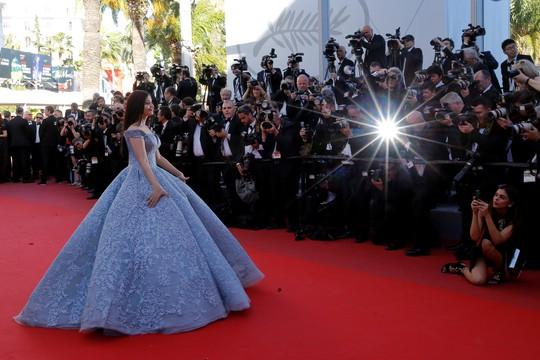 Mỹ nhân Aishwarya Rai lộng lẫy trên thảm đỏ Cannes - Ảnh 2.